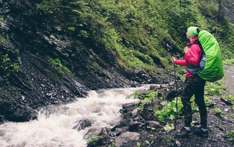 фото похід у гори з рюкзаком - AtomTravel